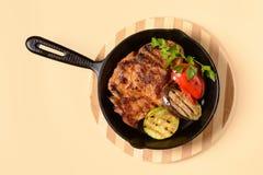 与菜的油煎的肉在平底锅 免版税库存照片