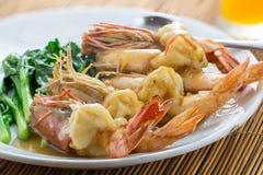 与菜的油煎的Prawns Asian Look国王虾 免版税库存图片