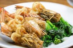 与菜的油煎的Prawns Asian Look国王虾 免版税库存照片