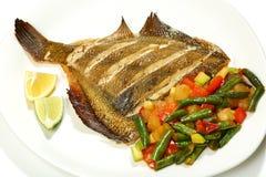 与菜的海比目鱼-被烘烤的比目鱼用菠萝,夏南瓜,甜椒,蕃茄,青豆 免版税库存图片
