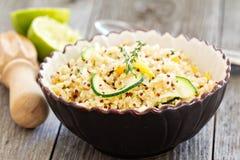 与菜的温暖的奎奴亚藜沙拉 免版税库存照片