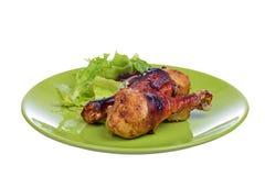 与菜的烤小鸡腿在板材 免版税库存图片