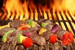 与菜的烤牛肉Kebabs在BBQ火焰状格栅 免版税库存图片