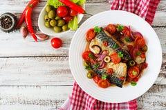 与菜的烤鲭鱼在地中海样式 库存图片