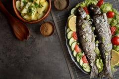 与菜的烤鳟鱼 图库摄影