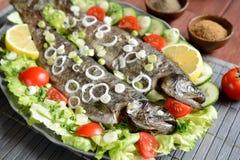 与菜的烤鳟鱼 库存图片