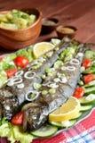 与菜的烤鳟鱼 免版税库存照片