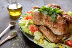 与菜的烤鸡装饰 免版税图库摄影
