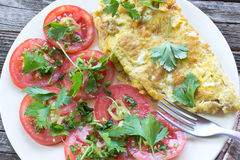 与菜的煎蛋卷煎蛋 免版税库存图片