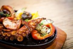 与菜的煮沸的章鱼 免版税库存照片