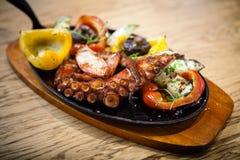 与菜的煮沸的章鱼 图库摄影