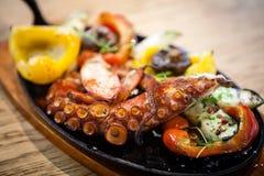 与菜的煮沸的章鱼 库存图片