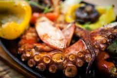 与菜的煮沸的章鱼 免版税库存图片