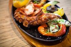 与菜的煮沸的章鱼 免版税图库摄影