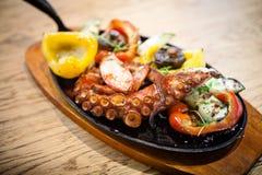 与菜的煮沸的章鱼 库存照片