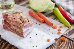 与菜的熏制的肉在布朗木表上 免版税图库摄影