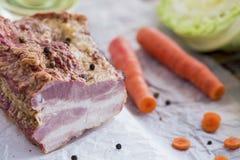 与菜的熏制的肉在布朗木表上 免版税库存图片