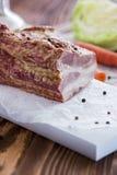 与菜的熏制的肉在布朗木表上 库存图片