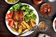 与菜的熟肉在板材 免版税库存图片