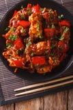 与菜的猪肉在一个辣调味汁亚洲人样式 垂直的上面 免版税库存照片