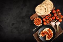 与菜的皮塔饼面包传播了地中海厨房样式 顶视图 复制空间 图库摄影