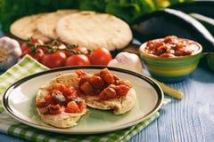 与菜的皮塔饼面包传播了地中海厨房样式 图库摄影