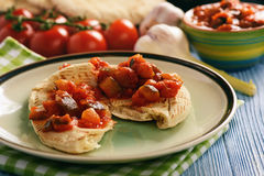 与菜的皮塔饼面包传播了地中海厨房样式 免版税图库摄影