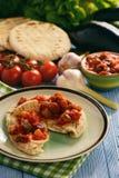 与菜的皮塔饼面包传播了地中海厨房样式 免版税库存图片