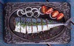 与菜的盐味的鲭鱼在板材,顶视图 免版税库存照片
