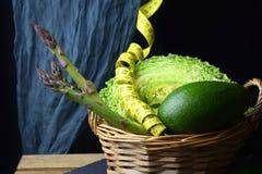 与菜的篮子:圆白菜、鲕梨、芦笋和测量的米 库存图片