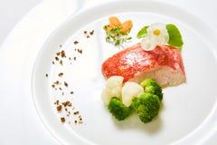 与菜的红鲷鱼 浅DOF 图库摄影