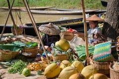 与菜的缅甸传统开放的市场 免版税图库摄影