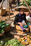 与菜的缅甸传统开放的市场 图库摄影