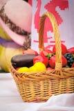 与菜的美丽的篮子,果子在销售中在市场 免版税图库摄影