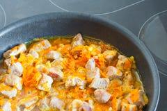 与菜的肉在煎锅 库存图片