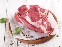 与菜的肉烤肉木表面上 库存图片