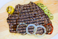 与菜的肉烤肉木表面上 免版税库存图片