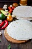 与菜的自创墨西哥玉米粉薄烙饼在桌上 免版税库存照片