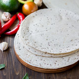 与菜的自创墨西哥玉米粉薄烙饼在桌上 免版税库存图片