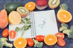 与菜的自然果子当来源维生素和笔记薄与词饮食,健康营养概念 库存照片