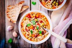 与菜的蔬菜通心粉汤汤和面团和整个五谷多士 免版税库存照片