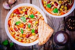与菜的蔬菜通心粉汤汤和面团和整个五谷多士 库存照片