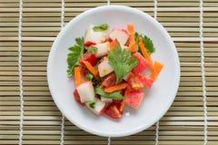 与菜的螃蟹棍子辣沙拉 免版税库存照片