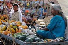 与菜的街道货摊在印度 库存照片