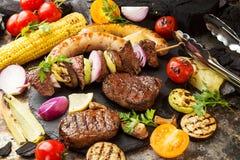 与菜的被分类的可口烤烤肉肉 牛肉gr 免版税库存图片
