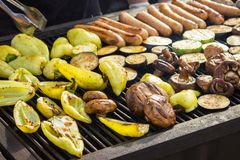 与菜的被分类的可口烤肉在木炭的烤肉 香肠,牛排,胡椒,蘑菇,夏南瓜 库存照片
