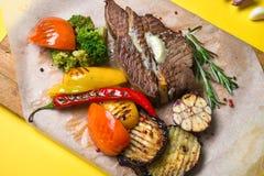 与菜的被分类的可口烤肉 库存图片