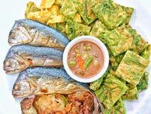 与菜的被烘烤的泰国鲭鱼 库存图片