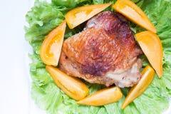 与菜的被烘烤的鸡大腿 免版税库存照片
