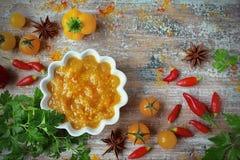 与菜的调味汁黄色咖喱 库存照片
